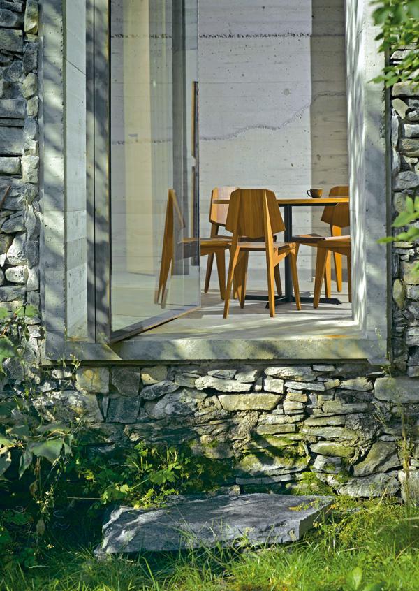 Kus žuly slúži ako schod k novým dverám spájajúcim obytný priestor so záhradou.