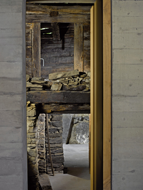 Kúpeľňa má atmosféru prastarej svätyne. Tam, kde sa kedysi sušili gaštany, architekti osadili zapustenú betónovú vaňu so zjednodušenou verziou sprchy – voda tu tečie z vysokej rúry.