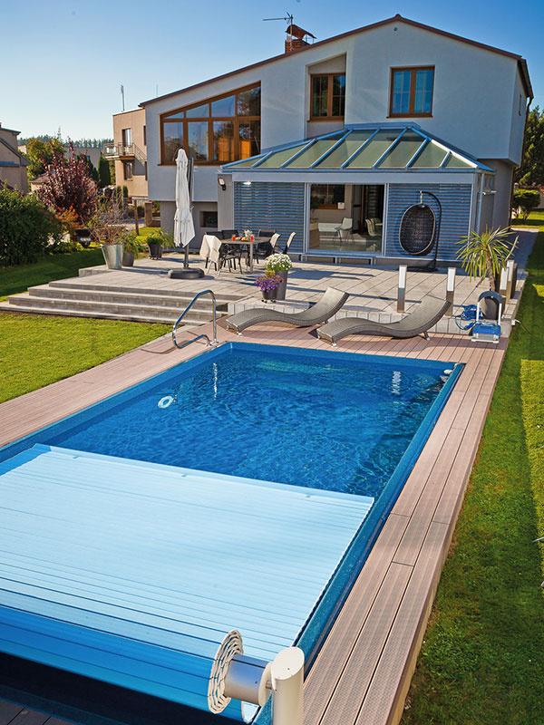 Tam, kde z nejakého dôvodu nie je možné bazén zastrešiť, odporúčajú odborníci inštalovať aspoň lamelové zakrytie. To na snímke má elektrický naviják s diaľkovým ovládaním.