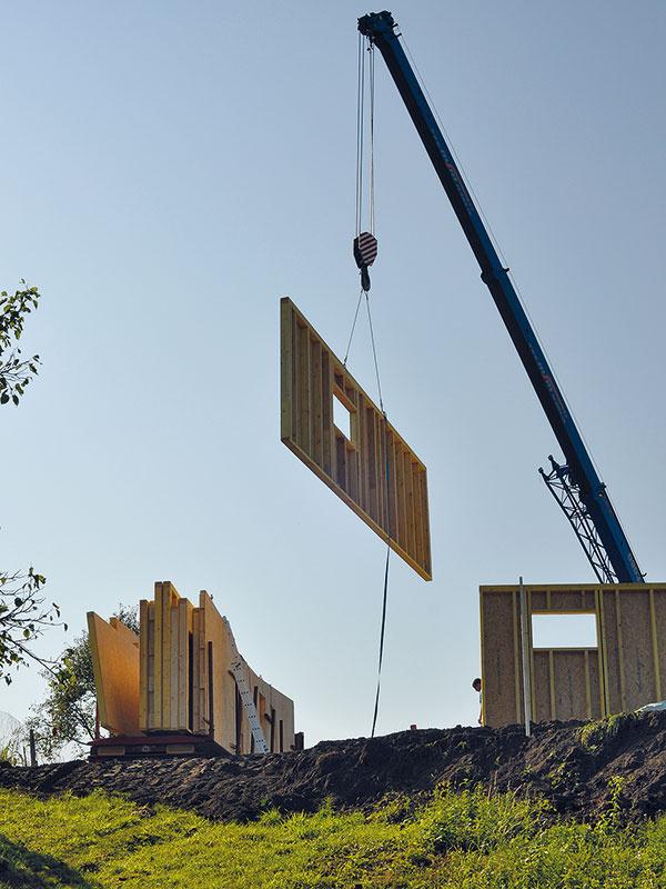 Drevo si vybrali aj pre rýchlosť výstavby – hrubá stavba bola hotová naozaj veľmi rýchlo, asi za 3 dni. Stavať začali vauguste 2011 auž na Vianoce sa mohli sťahovať.