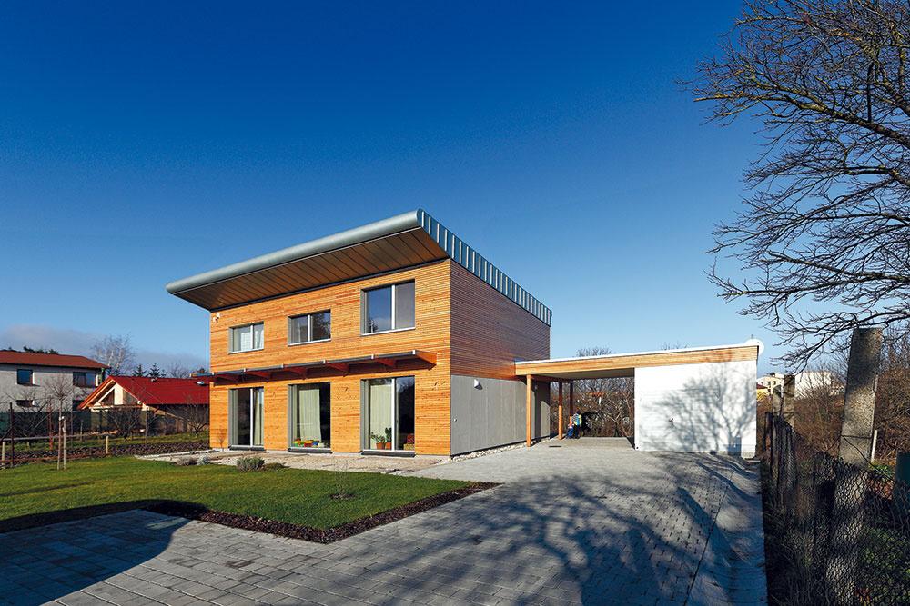Popri jednoduchom tvare dopriala architektka zovňajšku domu materiálovú pestrosť – odvetraná fasáda je obložená drevom acembritovými doskami, na severnej strane je použitý kontaktný zatepľovací systém somietkou. Studená farebnosť kovu acementotrieskového obkladu pritom zaujímavo kontrastuje steplým odtieňom dreva.