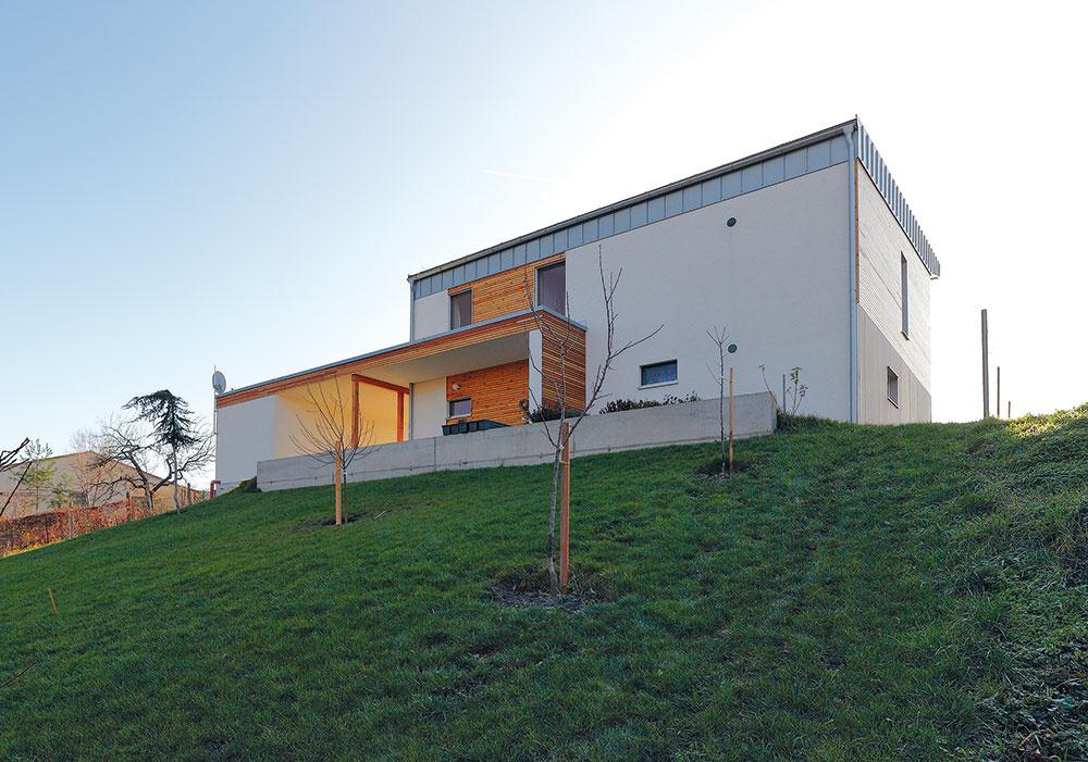 Návrh rodinného domu robila architektka pomocou programu PHPP (Passivhaus Projektierungs Paket), počas realizácie sa na stavbe uskutočnila skúška vzduchovej priepustnosti (Blower-door test).