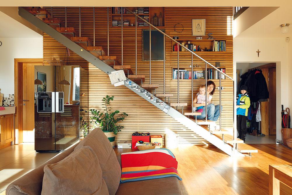 Na prízemí je otvorený denný priestor – obývačka, kuchyňa ajedáleň, na poschodí sú štyri izby (pracovňa, spálňa adve detské izby), šatník akúpeľňa.