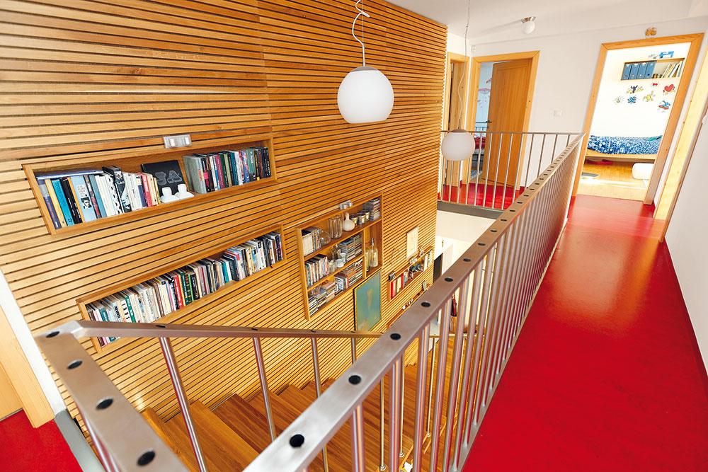 Sdrevom kontrastuje oceľová konštrukcia schodiska aprvky vo výrazných farbách – napríklad červené marmoleum na podlahe chodby na poschodí, obklady adlažby.
