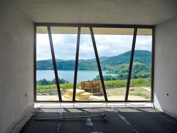 Elementy originálnej posuvnej zasklenej steny na tomto dome majú výšku až 3 m.