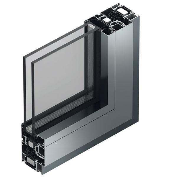 Možnosť hospodárne zrealizovať veľkorozmerné zasklenie ponúka hliníkový okenný systém Schüco AWS 70 HI (High Insulation). Stavebná hĺbka 70 mm zaručuje vysokú stabilitu okennej konštrukcie avďaka pohľadovým šírkam od 51 mm je možné dosiahnuť subtílne línie amoderný vzhľad. Vokne je použité optimalizované stredové tesnenie, ktoré sa okrem vynikajúcej tepelnoizolačnej schopnosti vyznačuje aj vysokou mierou útlmu zvuku. Vkombinácii so skrytým mechatronickým kovaním Schüco TipTronic sa zvyšuje komfort ovládania okien abezpečnosť, pričom sa neporuší čistý vzhľad fasády.