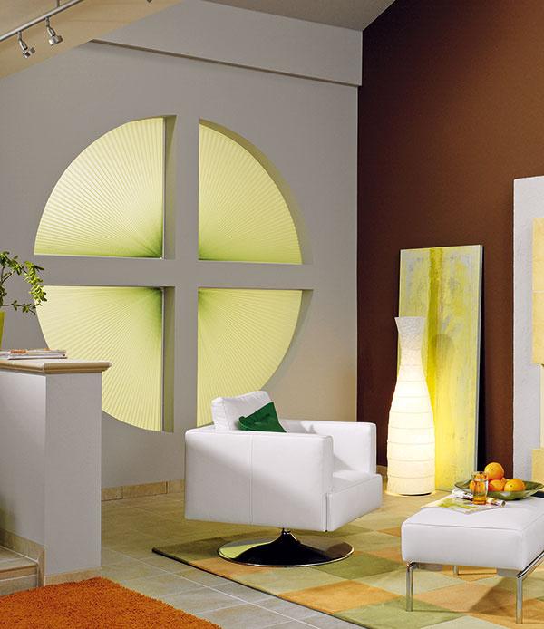 Plisované látkové rolety (tzv. plisé) sú modernou verziou interiérového tienenia, vhodnou aj na atypicky tvarované okná – či ideotrojuholník, kruh, alebo lichobežník, pre plisé to nie je problém. (www.almon.sk)