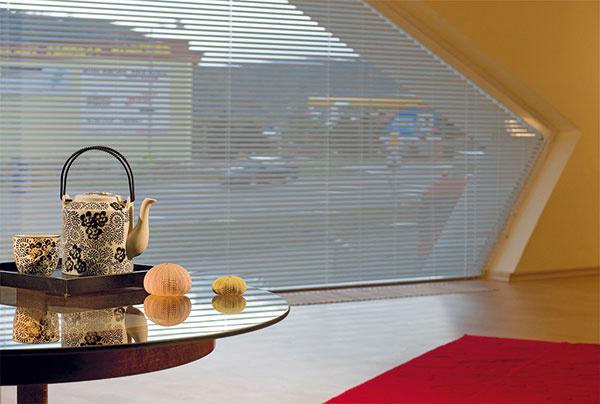 Na interiérové tienenie okien satypickým tvarom sú taktiež vhodné žalúzie – či už horizontálne, alebo vertikálne látkové. (K-system)