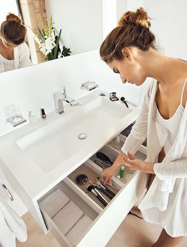 Vpraktickej kúpeľni by malo mať všetko svoje miesto, každá vec by mala byť pekne poruke tam, kde ju potrebujete. Šikovné sú napríklad umývadlá sbočnými odkladacími plochami aumývadlovou skrinkou. Pri sérii Edition 11 to dizajnéri zvládli seleganciou agráciou – aj vďaka dômyselným detailom, ku ktorým patrí otváranie push systémom. (Keuco)