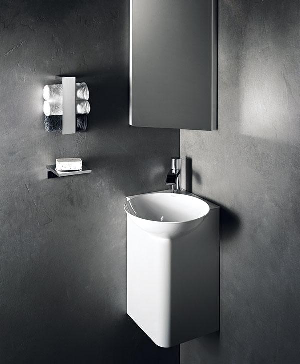 Prakticky využiť sa dá doslova každý kút. Množstvo dobrých nápadov do malých priestorov nájdete vsériách určených do takzvaných hosťovských kúpeľní. Príkladom sú rohové skrinky aumývadlá zo série Insert Corner od značky Alape.