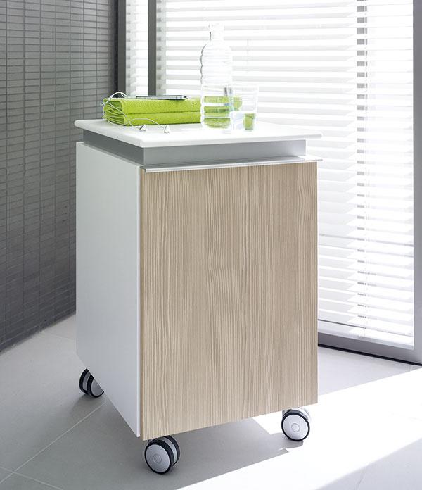 Kontajnery na kolieskach poslúžia ako skrinka, odkladacia plocha či sedadlo aľahko si ich presuniete tam, kde práve potrebujete alebo máte miesto. Tento odolný kúpeľňový nábytok patrí do inovovanej série Darling od Duravitu.