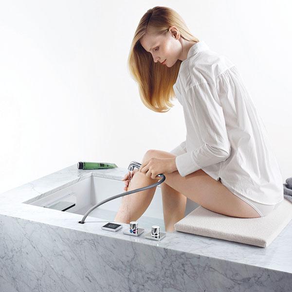 Viete presne, čo potrebujete? Nevyhovujú vám univerzálne riešenia? Firma Dornbracht ponúka špecializované výtoky, sktorými si môžete navrhnúť kúpeľňu skutočne podľa individuálnych potrieb – napríklad umývadlovú ručnú sprchu so širokým ajemným prúdom vody, ideálnu na umývanie vlasov, otočný umývadlový výtok na pohodlné vyplachovanie úst či vyťahovaciu ručnú sprchu, ktorá poslúži pri umývaní rúk, čela, ale aj nôh, podľa toho, kam ju umiestnite.