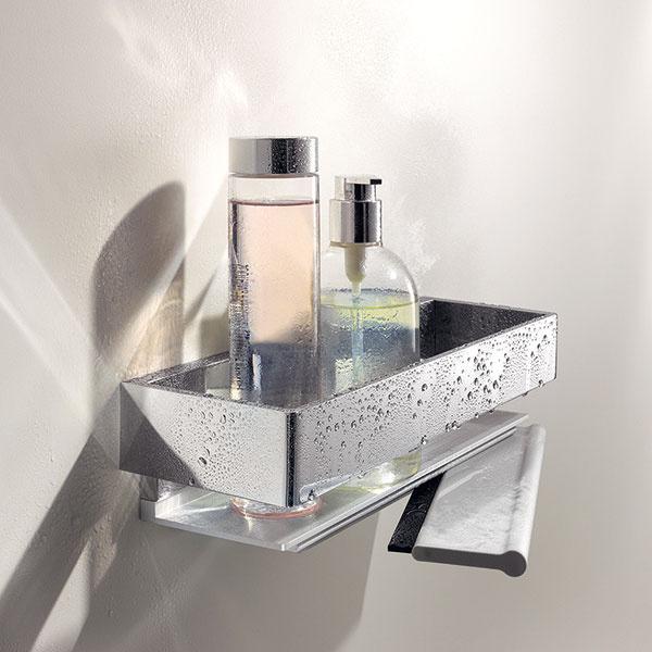 Na detailoch záleží. Tento je inteligentný aelegantný: pod košíkom na špongiu sa skrýva stierka na sprchovaciu zástenu. (Keuco, séria Edition 11)