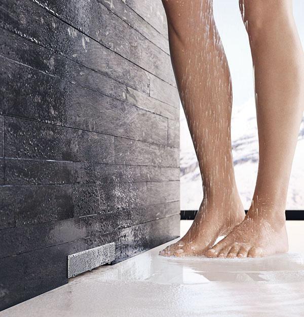 Knajnovším inováciám firmy Geberit patrí odtok ksprchám umiestnený vstene. Sprchy bez vaničiek, na úrovni podlahy, vyzerajú elegantne aľahko sa udržujú čisté, takže niet divu, že sú dnes veľmi obľúbené. Aodtok vstene odstránil poslednú prekážku na ceste khladkej, ničím nenarušenej podlahe. Osvedčená technológia skrytá vstene sa pritom postará oodvod vody do odpadového potrubia.