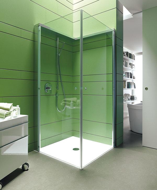 """Sprchovací kút, ktorý neprekáža, je zas praktickým tipom do malej kúpeľne. Dvere sprchovacieho kúta snázvom OpenSpace sa po použití zložia kstene astanú sa diskrétnym obkladom, za ktorým sú pekne """"upratané"""" batérie, sprcha aj poličky so šampónmi. Tým sa kúpeľňa nielen odľahčí, ale sa aj reálne rozšíria možnosti pohybu vnej. Aak si na stranu sbatériou vyberiete namiesto číreho skla zrkadlové, optický efekt """"open space"""", teda otvoreného priestoru, bude ešte výraznejší. (Duravit)"""