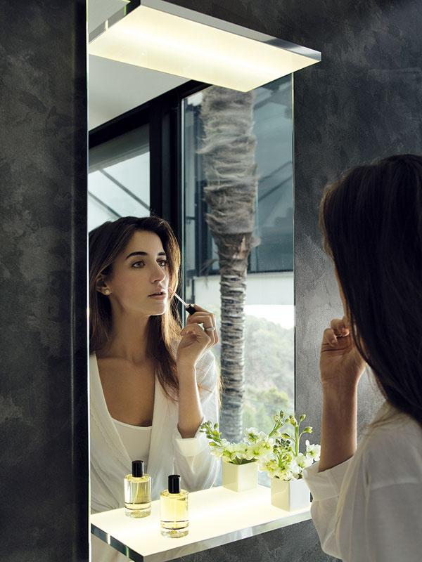 Aj rokmi overené praktické riešenia – zrkadlo ako dvierka kúpeľňovej skrinky či skombinované spoličkami – majú aktuálne varianty so súčasným dizajnom. Šikovným tipom je zrkadlová skrinka zabudovaná do steny, najmä ak sa skombinuje spredstenovými inštaláciami. Zrkadlo zo série Edition 11 (Keuco) osvetlené dvoma horizontálnymi LED plochami, zktorých spodná zároveň slúži ako polička.