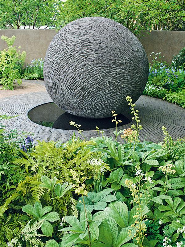 Existuje niekoľko trikov, vďaka ktorým môže aj naozaj malá záhrada opticky pôsobiť ako väčšia. Zaručeným tipom je napríklad premyslená skladba rastlín – vpopredí môžu byť vysadené napríklad rastliny sväčšími listami, vpozadí druhy smenším listami. Súčasne platí, že farebne pestré kvetinové záhony záhradu síce zútulňujú, no zmenšujú, naopak, menej farebné kompozície záhradu opticky predlžujú. Osvedčeným trikom je aj sústredenie druhov stmavšími kvetmi do pozadia záhrady. Kvety svetlejších farieb totiž záhradu opticky skracujú. Aspoň na prvý pohľad väčšia sa javí záhrada, ktorá je vybudovaná na niekoľkých úrovniach.
