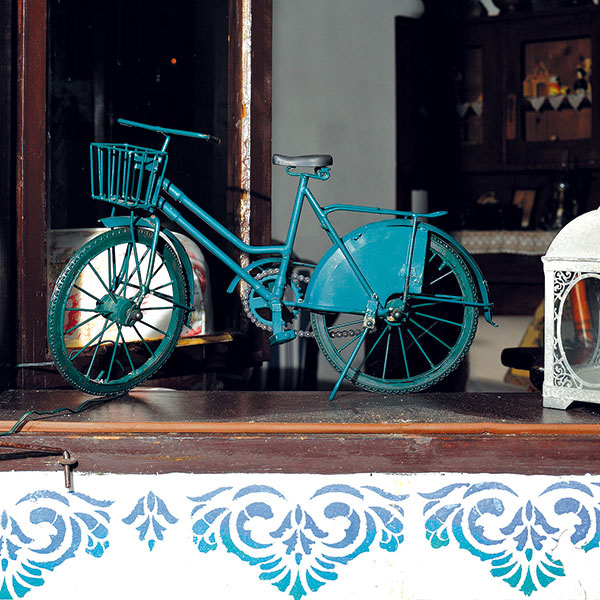 """Pôvodné """"kastlové"""" okná obnovili afasádu okolo nich vyzdobili majstri romantickou modrou maľovkou – spodobným detailom sa na starých domoch na strednom Slovensku stretnete často."""