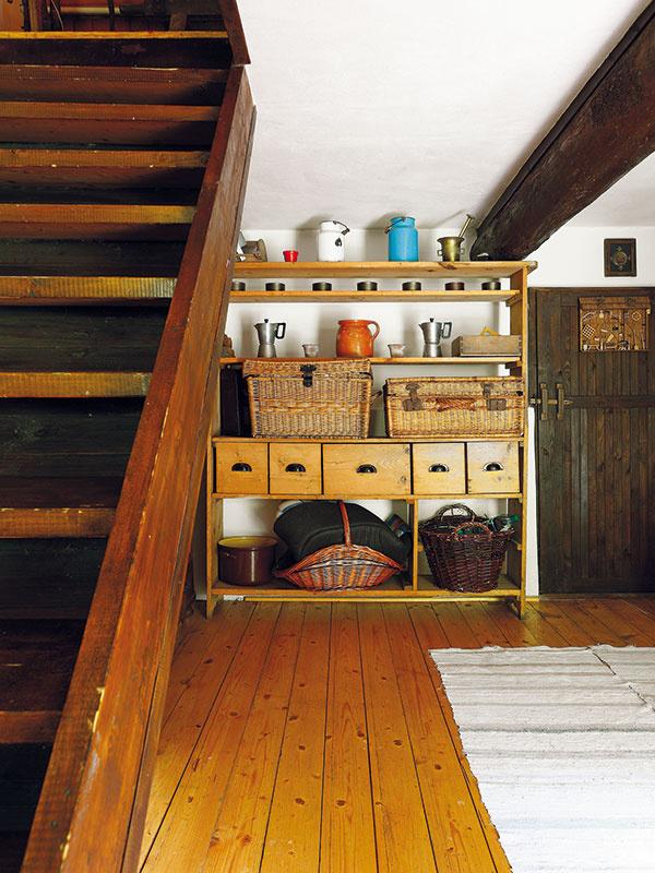 Po strmých drevených schodoch sa dostanete do podkrovia, kde sú dve útulné spálne pre hostí. Otie na tejto chalupe nie je núdza.