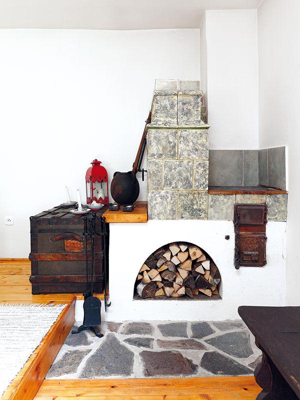 """Staronové kúrenie. V troch izbách ostali pôvodné, vyše storočné kachľové pece, ktoré miestny kachliar doplnil teplovodným výmenníkom. Ohriata voda potom cirkuluje v novom vykurovacom okruhu a ostatné miestnosti sa vyhrejú pomocou radiátorov. """"Tromi pôvodnými pecami tak pohodlne vykúrime celú chalupu."""""""