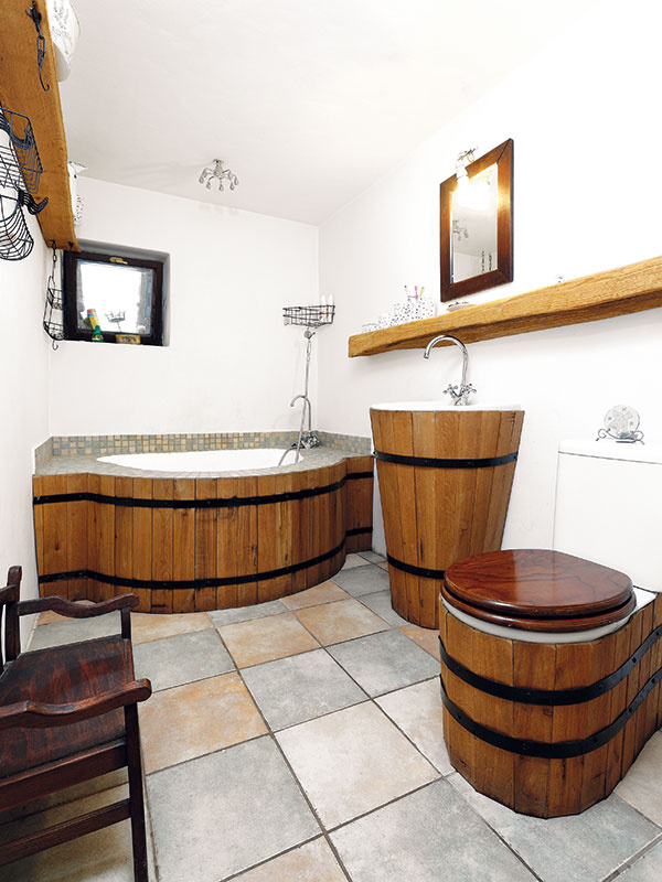 """Pokiaľ ide okúpeľne, vstarých dreveniciach veľa inšpirácií nenájdete. Moderné kúpeľňové vybavenie upravené na štýl romantických drevených kadí však chalupe rozhodne pristane. """"Priznávam, nie je to nápad znašej hlavy,"""" prezrádza domáci pán. """"Inšpirovali sme sa na dovolenke vjednom nádhernom hoteli. Bolo to síce vsevernej Afrike, ale aj na sever Slovenska sa podľa mňa takáto kúpeľňa celkom hodí,"""" smeje sa."""