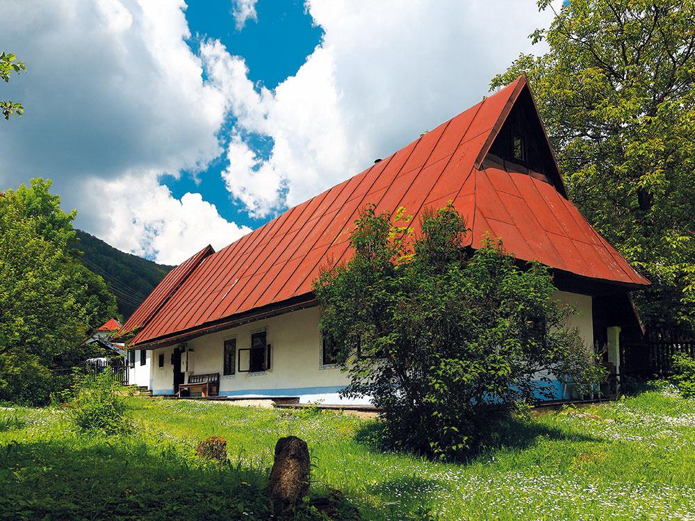 Storočná drevenica pri Banskej Bystrici vyrástla po rekonštrukcii do krásy