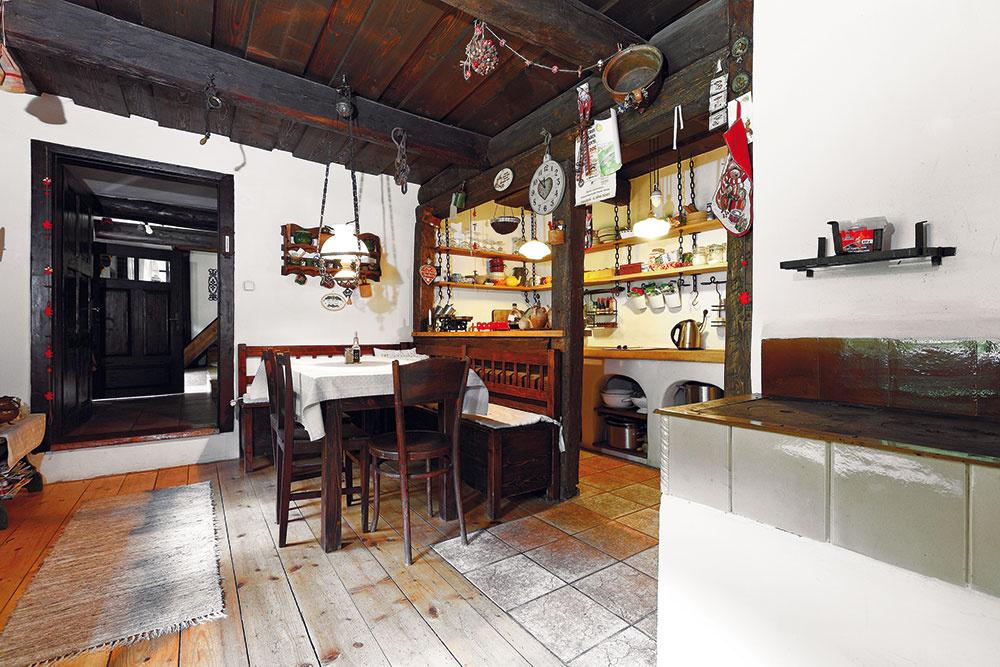 """""""Stôl do kuchyne musí mať takú akurátnu veľkosť, navyše sme knemu chceli rohovú lavicu spresnými rozmermi. Také niečo sa jednoducho nedá vbazároch ani starožitníctvach zohnať. Nechali sme si ich preto urobiť na mieru – vďaka tomu, že sú vyrobené zo starého dreva azčastí starého nábytku, vyzerajú naozaj autenticky."""""""