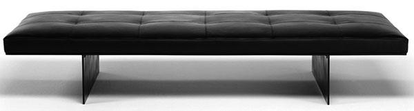 Svižný model Track madridského dizajnéra Davida Lopeza Quincocesa je minimalistickým vyjadrením základných motívov, ktoré pred polstoročím používali modernistickí autori. Podobne ako oni, aj David siahol po osvedčenej materiálovej kombinácii ocele skoženou usňou; podobne tiež rozvinul typické zdržanlivé tvaroslovie. Podobnosť tkvie aj vhlavnej myšlienke: zaistiť diskrétnym kusom nábytku, zbaveným akýchkoľvek príkras, dokonalé naplnenie účelu. Od 2 307 €, LIVING DIVANI, predáva EKOMA DESIGN