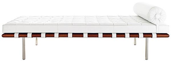 """Ikona medzivojnového modernizmu – gauč Barcelona nie je pokračovateľom, ale skôr priamym predchodcom Poulovej krásky PK80. Originál ešte na začiatku 30. rokov navrhol Ludwig Mies van der Rohe, jeden znajvýznamnejších architektov 20. storočia. Ležadlo """"hodné kráľov"""" neskôr spopularizoval americký architekt Philip Johnson, ktorý si ho obľúbil, aprimäl vplyvnú americkú nábytkárku Florence Knollovú, aby tento zabudnutý klenot zaradila do svojej ponuky. Knoll ho vyrába dodnes. 9 923 $, KNOLL"""