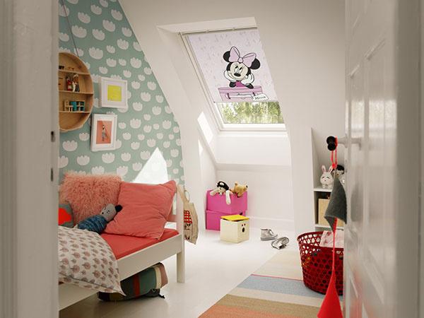 Deti  milujú svet rozprávok. Podkrovná izba sa pre nich zmení na čarovné miesto, ak si do nej môžu nasťahovať obľúbenú rozprávkovú postavičku, napríklad na roletách z Kolekcie snov. © Disney