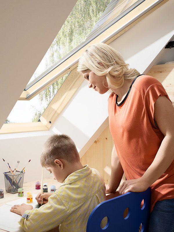 Ak máte doma školáka, je vhodné umiestniť stôl v blízkosti okna. V detských izbách sa rozhodne neoplatí šetriť denným svetlom, pretože detský zrak sa ešte len vyvíja.