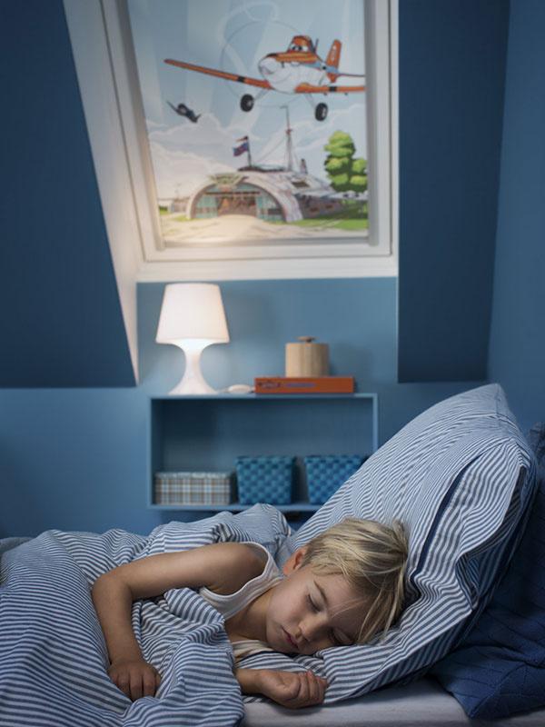 Dostatok čerstvého vzduchu je v detskej izbe mimoriadne dôležitý aj pre kvalitný spánok. Ventilačnú klapka zabudovaná v strešnom okne umožňuje vetrať interiér, aj keď je okno zatvorené.  © Disney