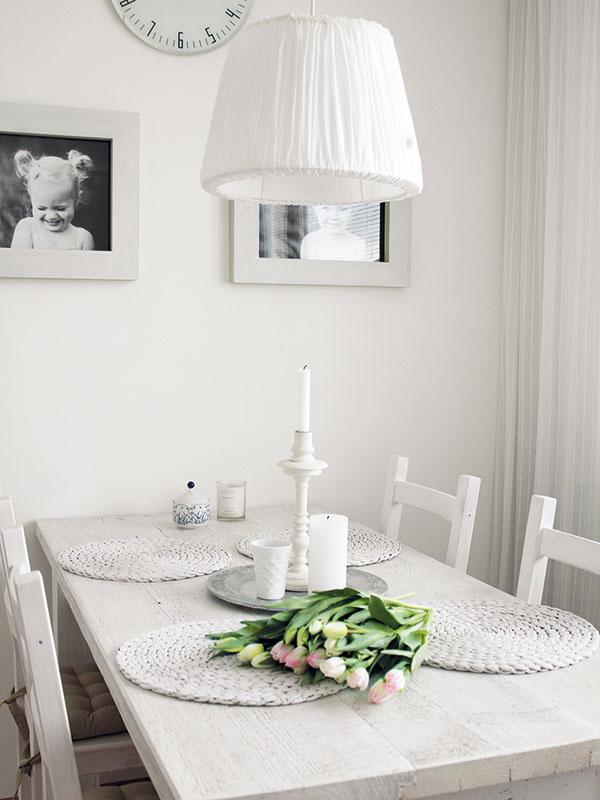Jedálnemu kútu vládne stôl. Zo starého dreva, natretý nabielo. Radana preferuje veci, ktoré sú jednoducho krásne.