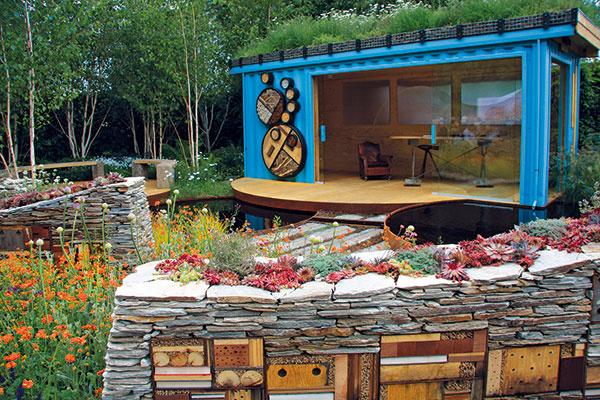 Dokonalosť vpodobe tvarovaných drevín, geometrických vodných nádrží, kvetinových azeleninových hriadok či precízne udržiavaných trávnikov sa vbiozáhrade nenosí. Jej príjemným spestrením ale môžu byť nevšedné kvetinové múriky.