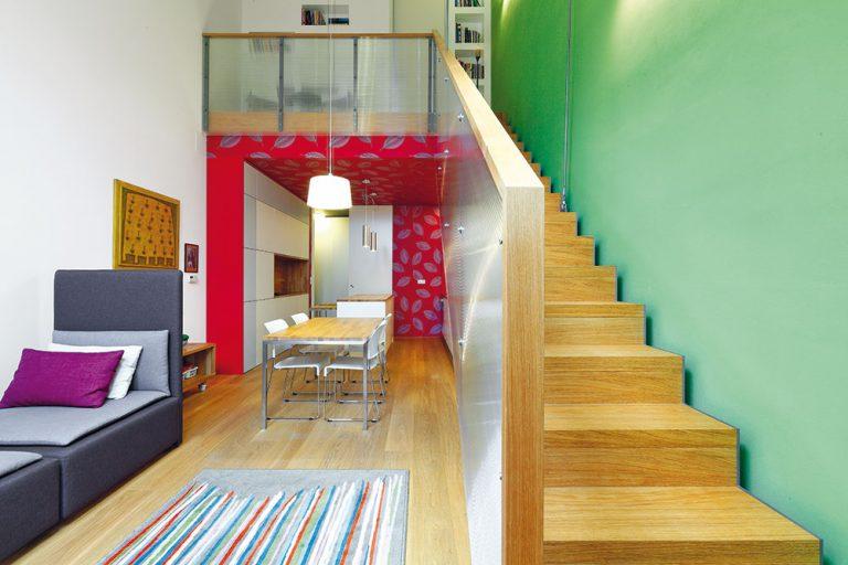 Malý podkrovný byt v činžiaku zmenili na pohodlné bývanie pre troch