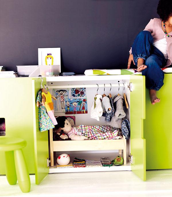 Pre bábiku aj dievčatká. Detská skrinka Stuva spolicou alebo vešiakovou tyčou, 60 × 30 × 64 cm, 34,90 €, IKEA