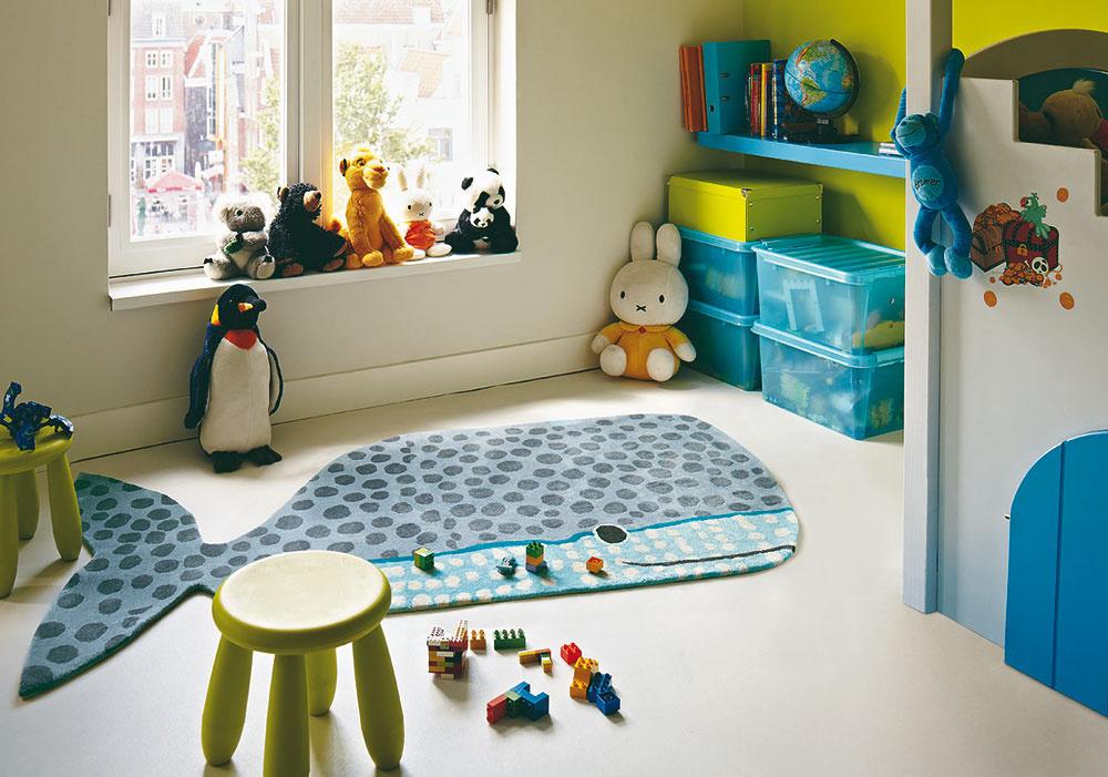 Deti strávia pri svojich hrách väčšinu času na zemi. Aj keď nejde onovostavbu rodinného domu, nájsť priestor snajnižším parapetom do budúcej detskej izby je dôležité rovnako ako voľba vhodných povrchov adoplnkov.