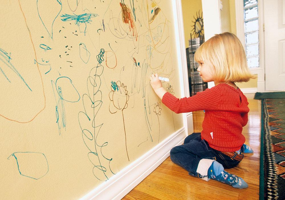 Chytrá stena. Bežná stena vdomácnosti vďaka špeciálnemu náteru môže slúžiť na kreslenie bez toho, aby ste museli znovu maľovať – výtvor zotriete handričkou. Navyše nie ste obmedzení farbami, keďže náter môže byť priehľadný. Dostupné vrôznych veľkostiach balenia, www.smartwallpaint.sk