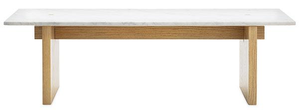 Konferenčný stolík Normann Copenhagen Solid, kombinácia prírodného duba atalianskeho mramoru, 40 × 130 × 38,5 cm, 1127,82 €, www.nest.co.uk