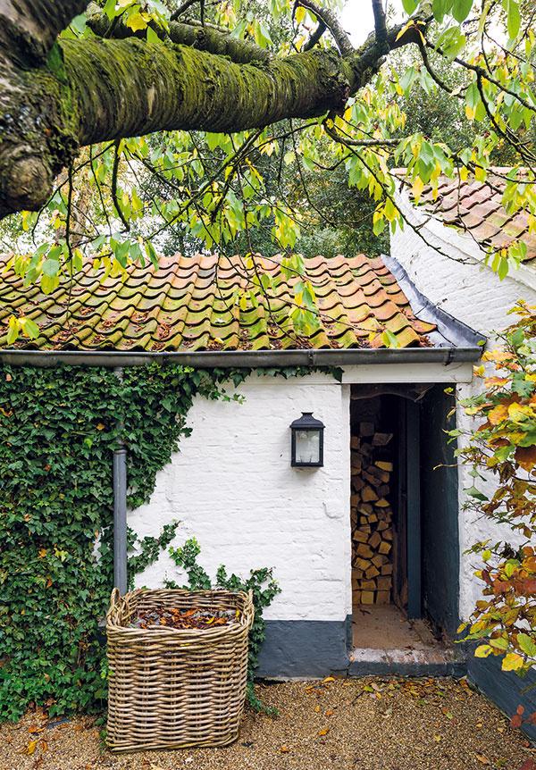 Aj schátraný záhradný domček sa dočkal kompletnej obnovy. Dnes je obľúbeným miestom na siestu, kde je vlete tieň akam sa možno ukryť pred nečakanou letnou búrkou.