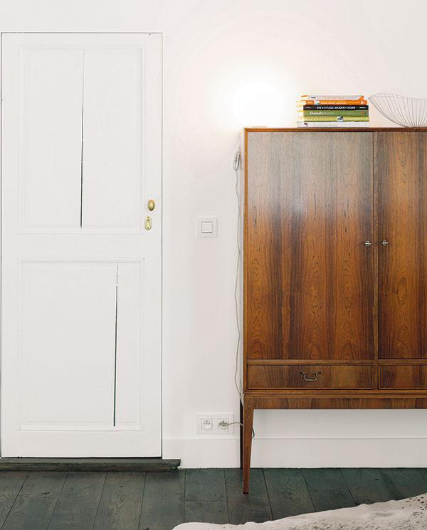 Vobývačke skombinovali pôvodné prvky snovými vduchu základnej idey jednoduchosti, čistého priestoru aprevahy bielej farby. Celok doladili niekoľkými tyrkysovými detailmi ačiernobielymi dobovými fotografiami.