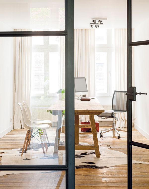 Vpracovni zaujme okrem masívneho dreva aj ďalší prírodný materiál – hovädzia kožušina na zemi. Drevený stôl navrhol Eddy Boerjan, stoličky sú klasikou zdizajnérskej dielne manželov Eamesovcov.