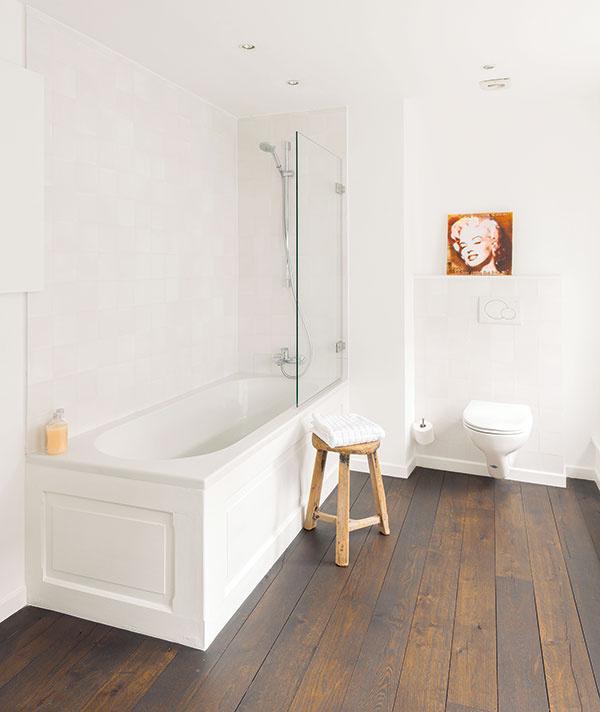 """Vdome je niekoľko spální, každá svlastnou kúpeľňou. Hoci sú rôzne, spoločný rukopis je tu evidentný – vkaždej """"dvojici"""" sa totiž uplatnili základné princípy – biela, drevo adizajn – vtrochu inej variácii."""