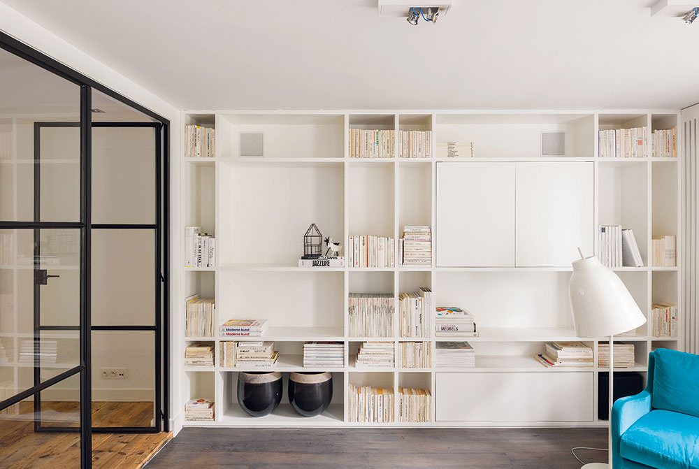 Biela knižnica vyrobená na mieru vytvorila vobývačke základ na uloženie všetkého potrebného aj na vystavenie niekoľkých zaujímavých dekorácií – podobne ako pri nábytku, ani pri doplnkoch to však majitelia neprehnali smnožstvom, tvarmi či farbami.