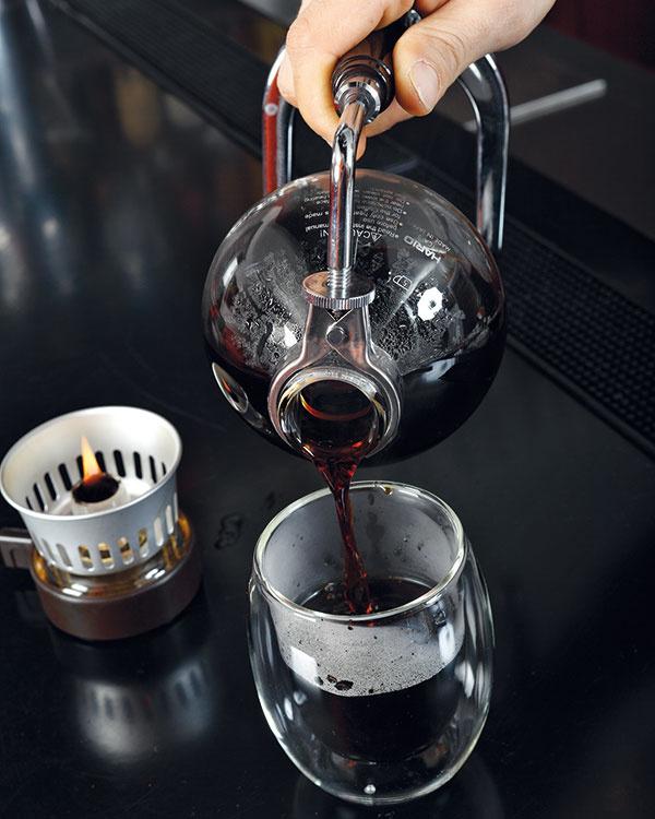 Hotovú kávu servírujte vnahriatych šálkach. Plameň kahanca udrží prípadný zvyšok kávy vnádobe teplý.