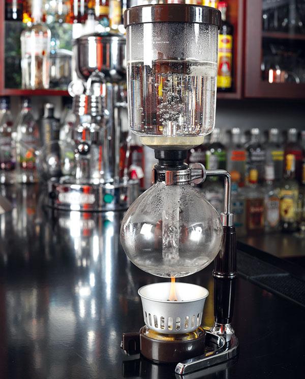 Zostavte kávovar – vrchnú časť pevne zasuňte do spodnej azakryte ju plastovým vrchnákom. Počkajte (asi 5 minút), kým voda zovrie atakmer všetka vystúpi do hornej nádoby.