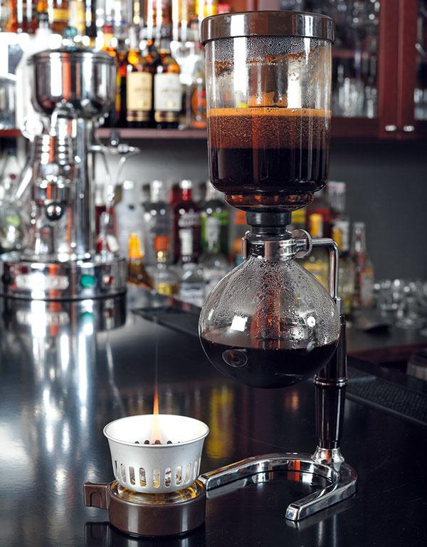 Kávu nechajte extrahovať asi minútu (pamätajte si presný čas, ten totiž ovplyvní výslednú chuť) aodložte kahanec. Káva potom pretečie do spodnej nádoby afilter zadrží usadeninu vhornej časti.