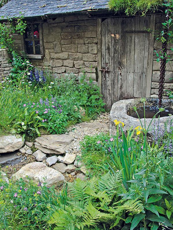 Vtradičnej vidieckej záhrade hrajú prím prírodné materiály, pričom knajobľúbenejším patrí kameň. Zaujímavý efekt dosiahnete kombináciou kameňov s rôznou veľkosťou. Ak sa vzáhrade navyše nachádza kamenná studňa alebo vodný prvok, ktorého dno je vysypané kameňom, vznikne skutočná harmónia.