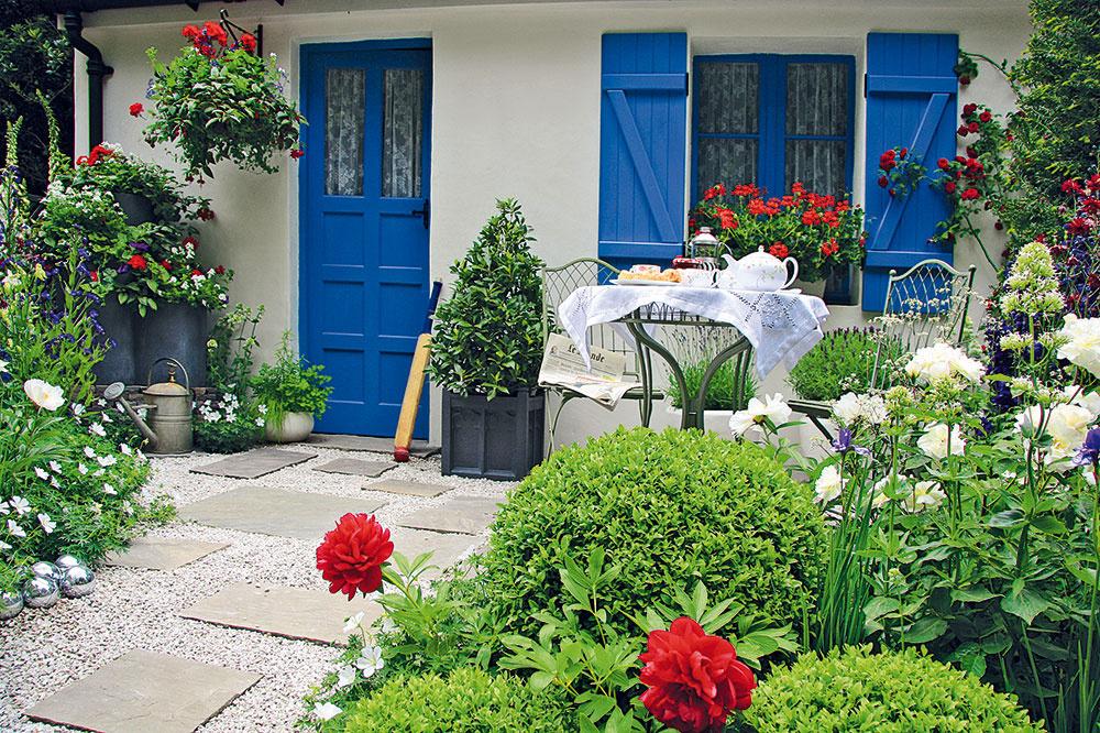 Ak vlastníte chalupu na vidieku, tradičná záhrada by mala byť jasnou voľbou. Vhodným riešením je zvoliť si na začiatku jej budovania aj farebnosť, ktorej sa vrámci výsadby budete neskôr pridŕžať. Aj vidiecku záhradu však môžete scitom ozvláštniť niekoľkými prvkami modernej záhrady – kovovými dekoráciami či nášľapnými kameňmi vgeometrických tvaroch.