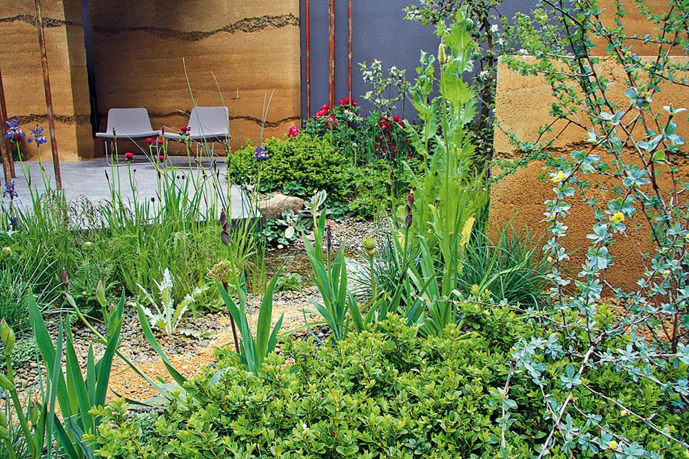 Štrk, betón či vodný prvok situované vblízkosti vyvýšenej relaxačnej časti sú aktuálne obľúbenými prvkami využívanými vmoderných záhradách. Zopakovanie rovnakého materiálu na stenách oddychovej zóny aj deliacom múriku záhradu opticky zjednocuje.